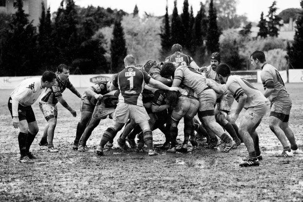 quino-al-unsplash-rugby-ruck